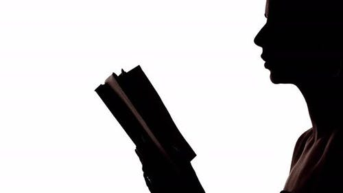 Frau Silhouette liest Gedichte mit offenem Buch
