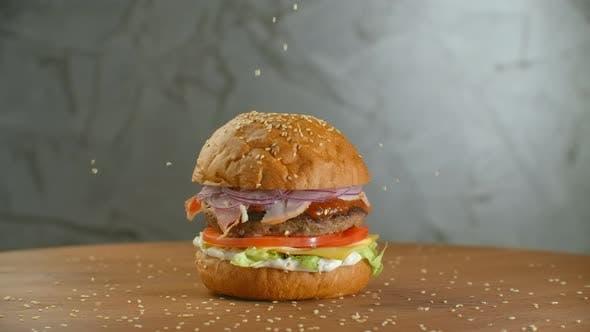 Thumbnail for Ein großer schmackhafter Burger mit Fleisch Patty Zwiebeln Gemüse geschmolzener Käse Salat.