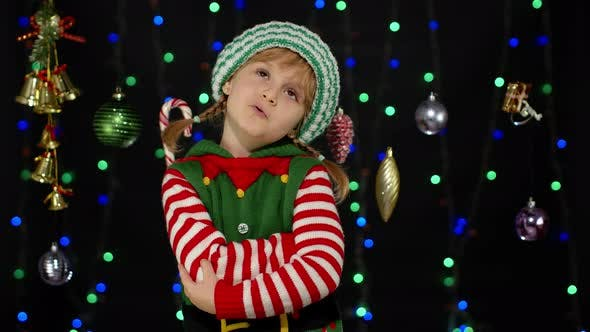 Thumbnail for Displesed Kid Teenager Mädchen Elf Santa Helfer Kostüm Negative Emotionen Verärgert Heiligabend