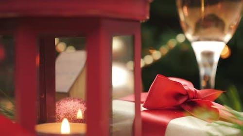 Weihnachts- und Neujahrsgeschenk unter dem Weihnachtsbaum
