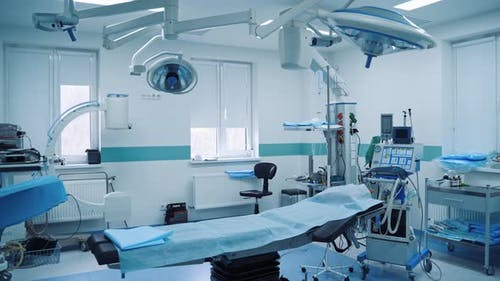 Leerer Operationssaal im Krankenhaus. Innenraum des Operationssaals in der modernen Klinik