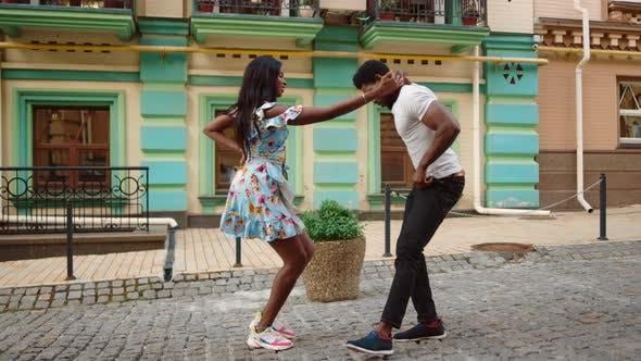 Afrikanisches Paar tanzt Jive City
