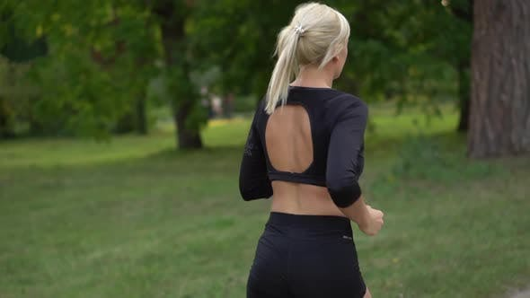 Thumbnail for Frau Läufer Laufen im Park, Zeitlupe