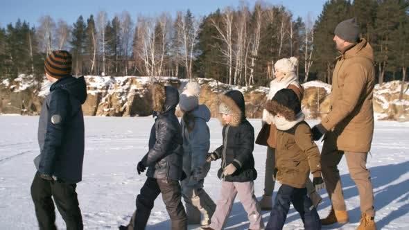 Thumbnail for Schöne junge Familie genießen Winter Ausflug