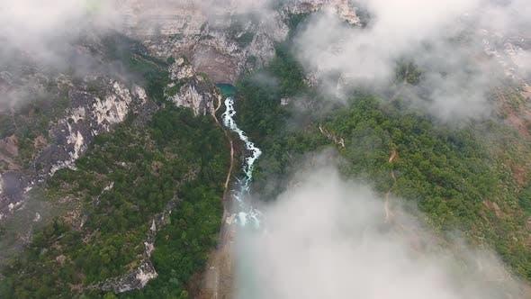 Vue aérienne de la Sorgue traversant Fontaine de Vaucluse, France.