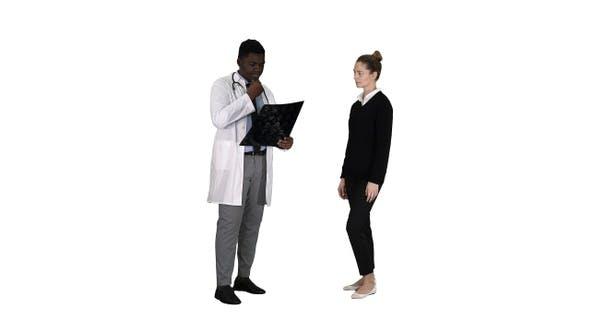 Patient kommt zum Arzt mit X Ray Physiotherapeut erklärt