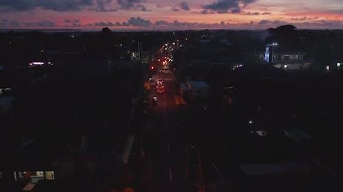 Luftaufnahme des geschäftigen Straßenverkehrs in Bali Indonesien