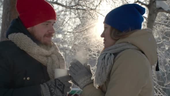 Thumbnail for Paar trinken heißen Tee im Winter Wald