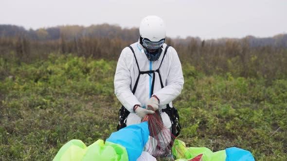 L' homme porte parachute