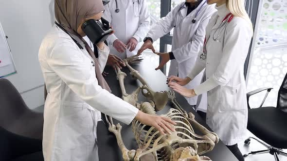 Medical Students wich Study the Structure of Man on the Skeleton, with Using VR