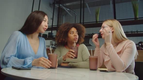 Chatten multiethnische Frauen im lokalen Café