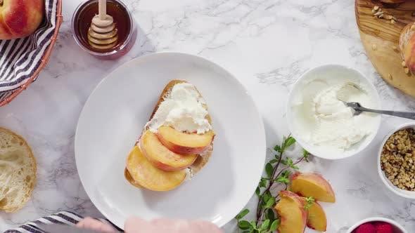 Flache Liege. Schritt für Schritt. Bio Pfirsich schneiden, um einen Ricotta und Pfirsich Toast auf Ciabatta Brot  zu machen