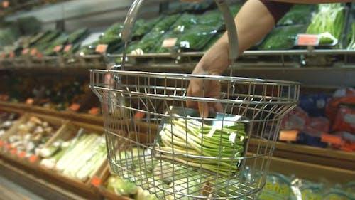 Vegetarischer Korb im Supermarkt.