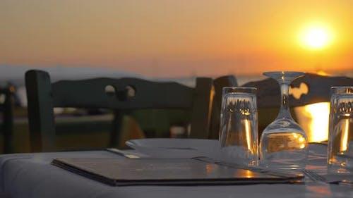 Serviert Tisch im Restaurant im Freien bei Sonnenuntergang