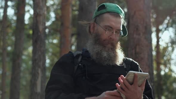 Mann mit digitalem Tablet im Freien
