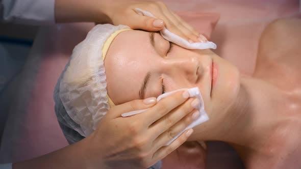 Gesichtsbehandlung bei Beauty Treatment Salon