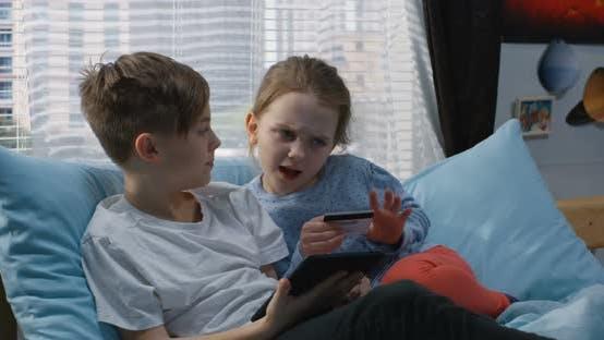 Thumbnail for Junge und Mädchen Einkaufen Online