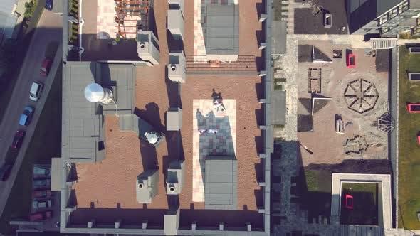 Luftaufnahme der Karate-Athleten trainieren und spielen Sport auf dem Dach eines Hochhauses im