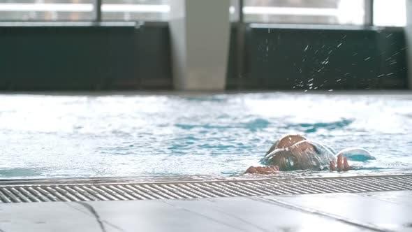 Thumbnail for Frau Tauchen und aufstrebende im Schwimmbad