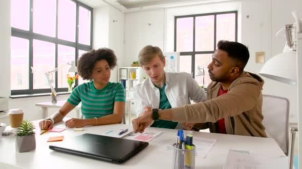 Thumbnail for Mann zeigt Smart Watch an Kollegen bei Office 81