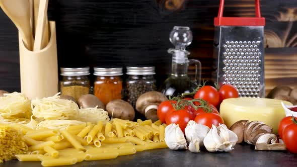Thumbnail for Zoom Out Raw Ungekochte Vielzahl von Pasta neben frischem Gemüse