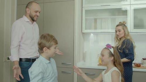 Gewöhnliche Familie verbringen Morgen in der Küche