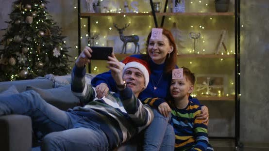 Thumbnail for Familie mit Selfie am Heiligabend