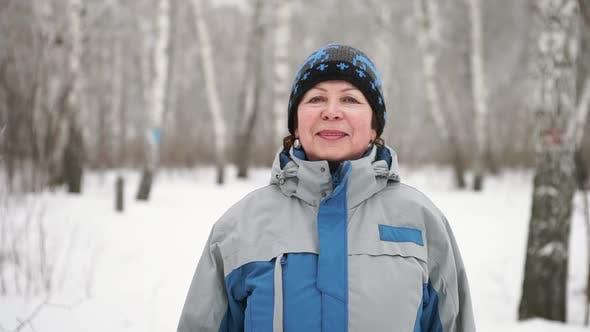 Thumbnail for porträt von einem erwachsenen frau kommen zu kamera im winter