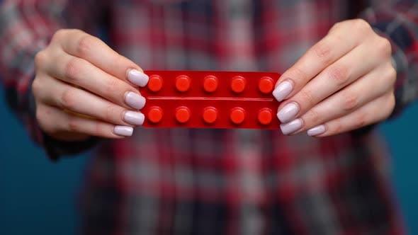 Thumbnail for Frau präsentiert eine Hand von folienverpackten Pillen