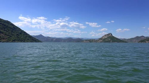 Blick vom bewegten Boot auf den berühmten See Skadar