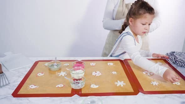 Thumbnail for Zeitraffer. Schritt für Schritt. Kleines Mädchen hilft, eine hausgemachte Lutscher mit Fondant Schneeflocken zu machen