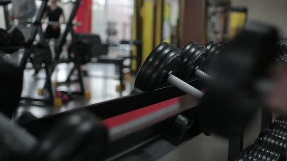 Thumbnail for Sportler beendet Hantel-Workout, Menschen Training aktiv im Sportverein