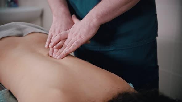 Thumbnail for Chiropraktiker Behandlung - der Arzt gibt dem Patienten weiche spitzende Massage