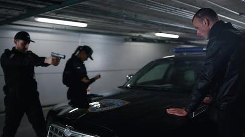 Polizeibeamte verhaften Räuber