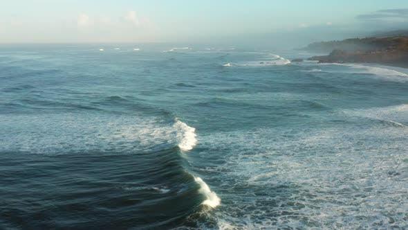 Thumbnail for Große Wellen an einer tropischen Küste