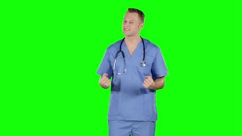 Aggressiver enttäuscht Doktor. Grüner Bildschirm