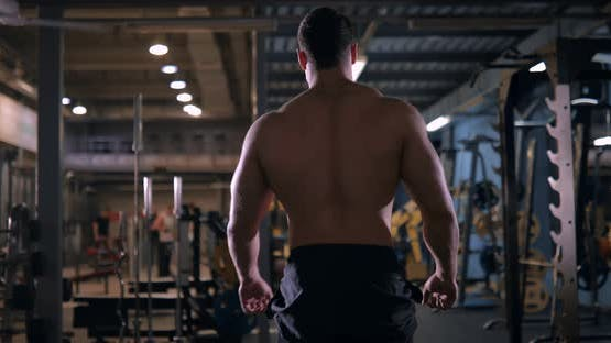 Bodybuilder geht ins Fitnessstudio