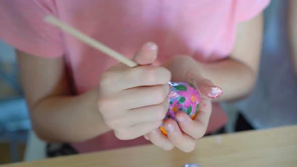 Thumbnail for Mutter und ihre kleine Tochter Malerei Eier. Happy Family Vorbereitung für Ostern