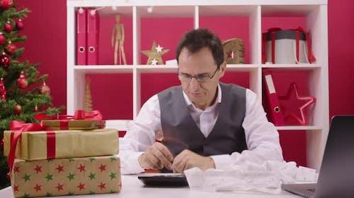 Christmas Suicides Ironic Concept Man schaut verzweifelt auf Hangmans Lametta Schlinge