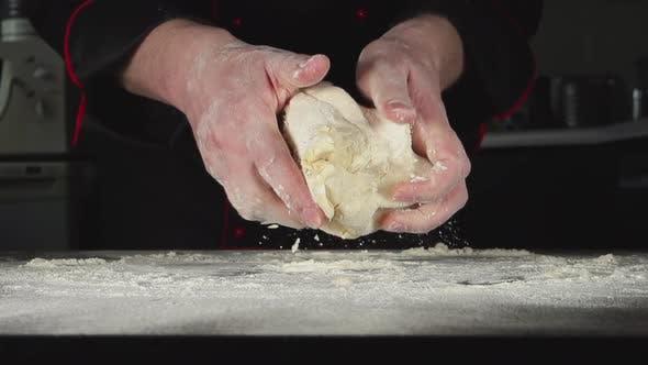 Thumbnail for Bäcker knetet Ein Teig In Ein Küche