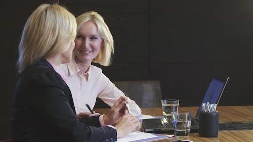 Schöne Business Girls trafen sich, um Arbeitsfragen zu diskutieren