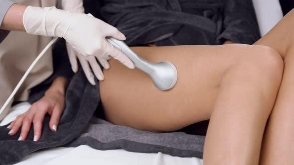 Thumbnail for Kosmetologie Verfahren der Anti-Cellulite-Massage für Beine im Spa Salon