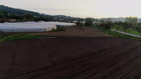 Thumbnail for Traktor Arbeiten auf großen braunen Feldern