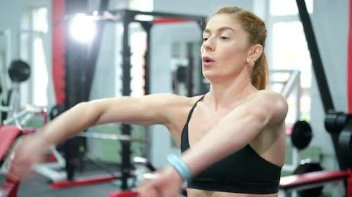 Athletic Girl fait un échauffement avant de s'entraîner au gymnase