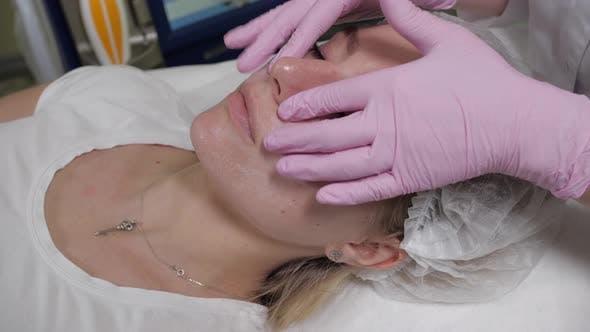 Professionelle Gesichtsmassage in einer Kosmetiklinik
