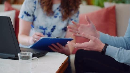 Geschäftsmann gestikuliert während eines Geschäftsgesprächs mit einem Kollegen