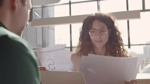 Weiblicher Boss Schätzung der Arbeit des männlichen Mitarbeiters