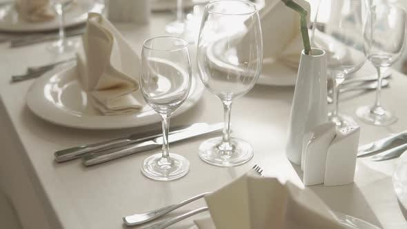 Nahaufnahme des Tisches mit einer Tischdecke bedeckt, es gibt Besteck darauf