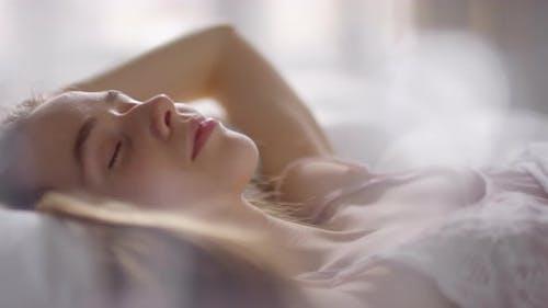 Schöne Frau genießen ruhige Morgen