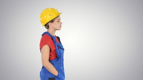 Bauarbeiter Dame zu Fuß emotionlos auf Gradienten